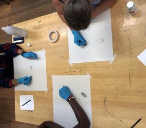 Studenter på grundlärarprogrammet som skissar porträtt